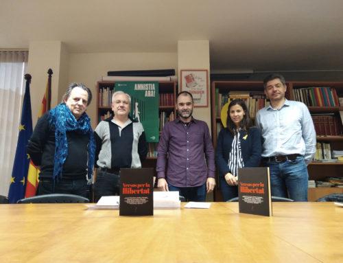 Els autors de Versos per la Llibertat donen els guanys a  l'Associació Catalana pels Drets Civils